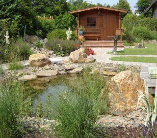 Gartenteich mit Hütte